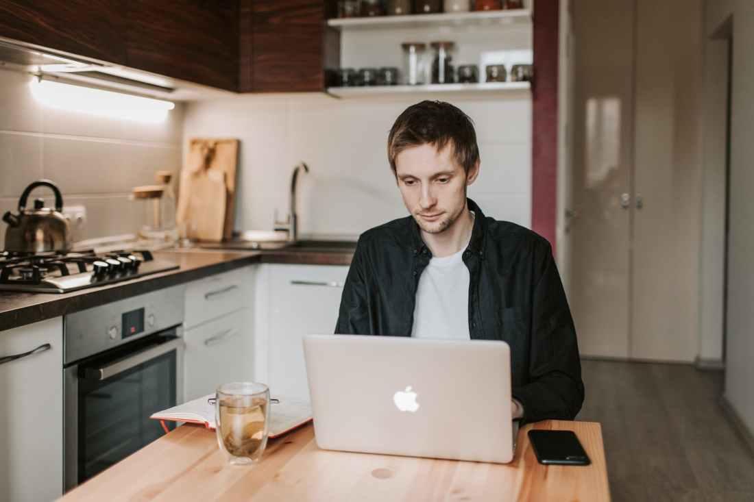 homme eau smartphone ordinateur portable